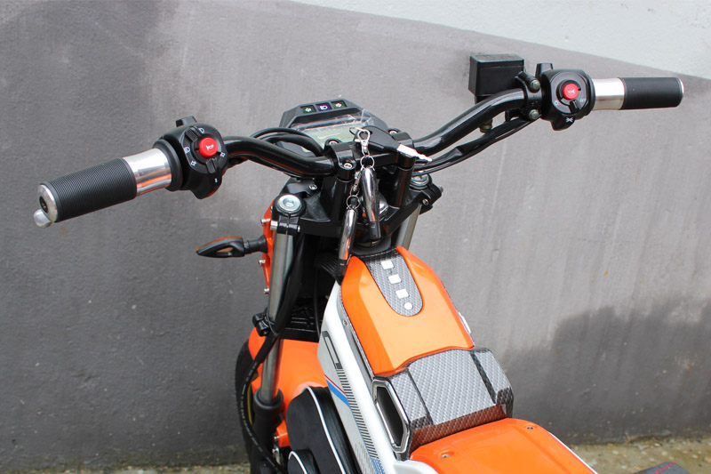 SY-DL_Details_handlebar with racing motorcycle style switch buttons