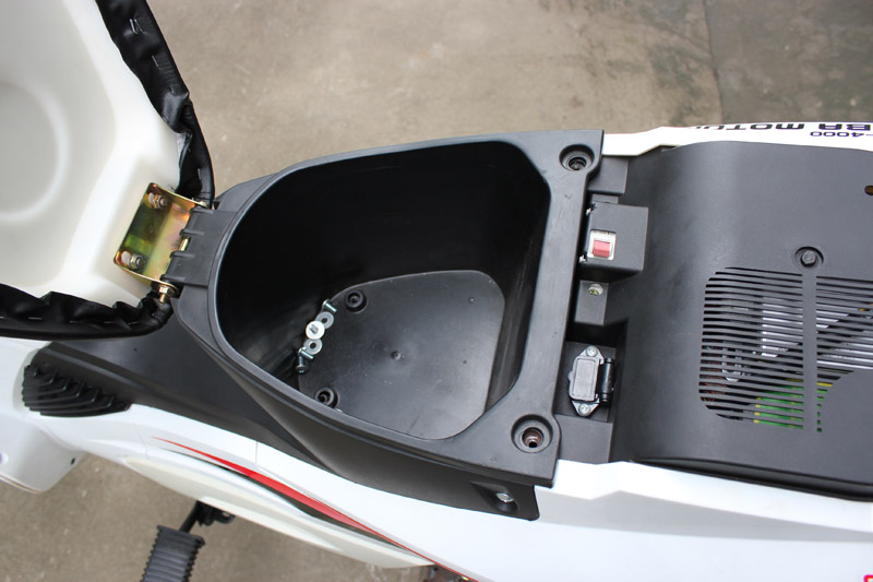 SY-DHY_Details_Storage box & air switch & charging plug socket & controller radiator under seat