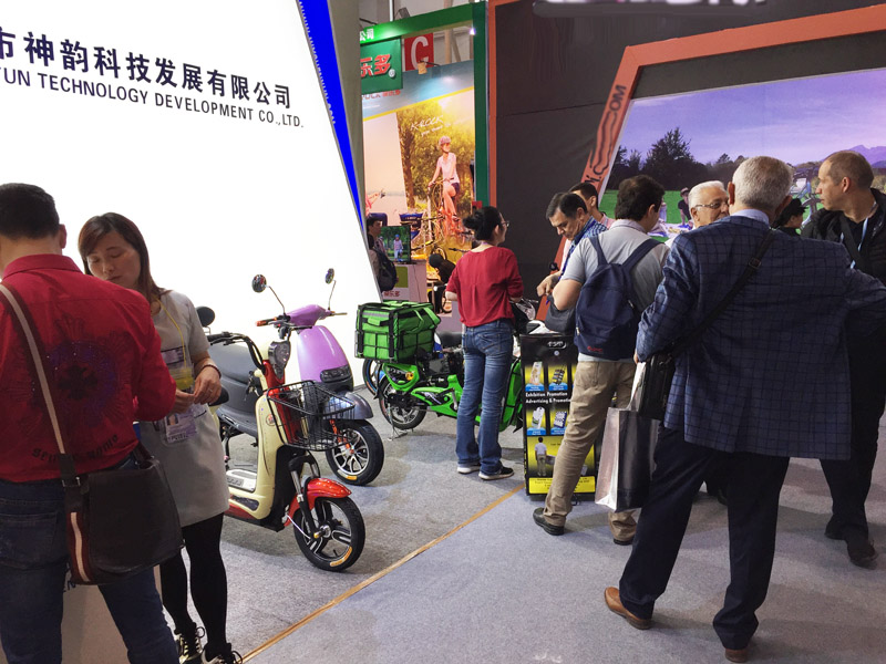 sunwing_shenyun_customer_checking_sample_119th_canton_fair_2