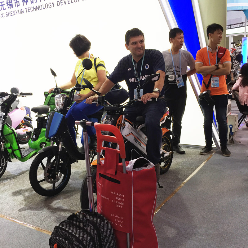 sunwing_shenyun_customer_checking_sample_119th_canton_fair_9